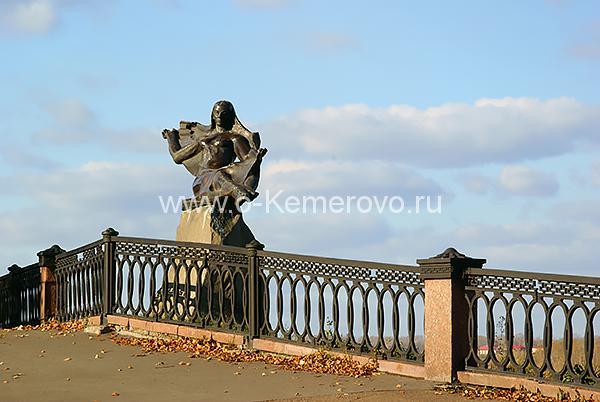 Памятник реке Томь на Притомской набережной