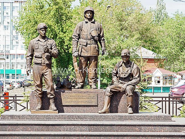 Памятник пожарным и спасателям Кузбасса возле здания областного управления МЧС
