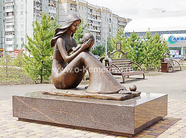 Скульптура Мать и дитя в парке Дружбы народов