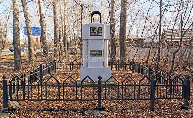 Памятник погибшим ударникам ЭМО Майору и Ванину