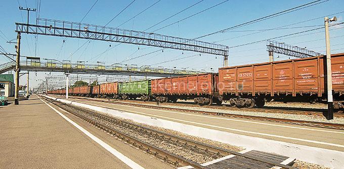 Перрон железнодорожного вокзала в городе Топки, Кемеровская область