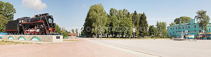 Площадь у железнодорожного вокзала. Город Топки, Кемеровская область