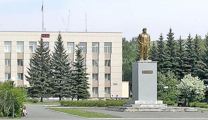 Памятник Ленину перед зданием городской администрации, г.Осинники