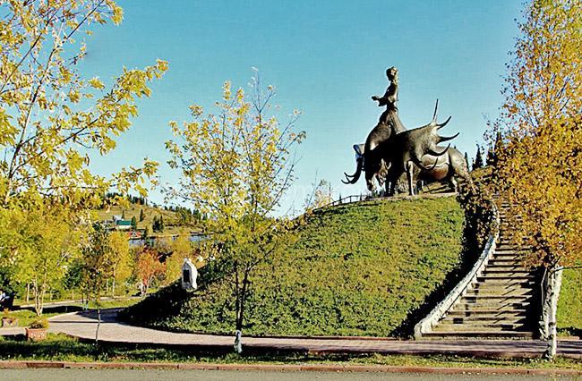 Семь чудес Кузбасса, скульптура Золотая Шория осенью