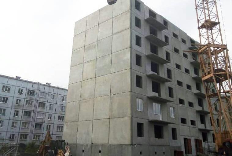 Строители возводят первый высотный дом в кузбасском поселке