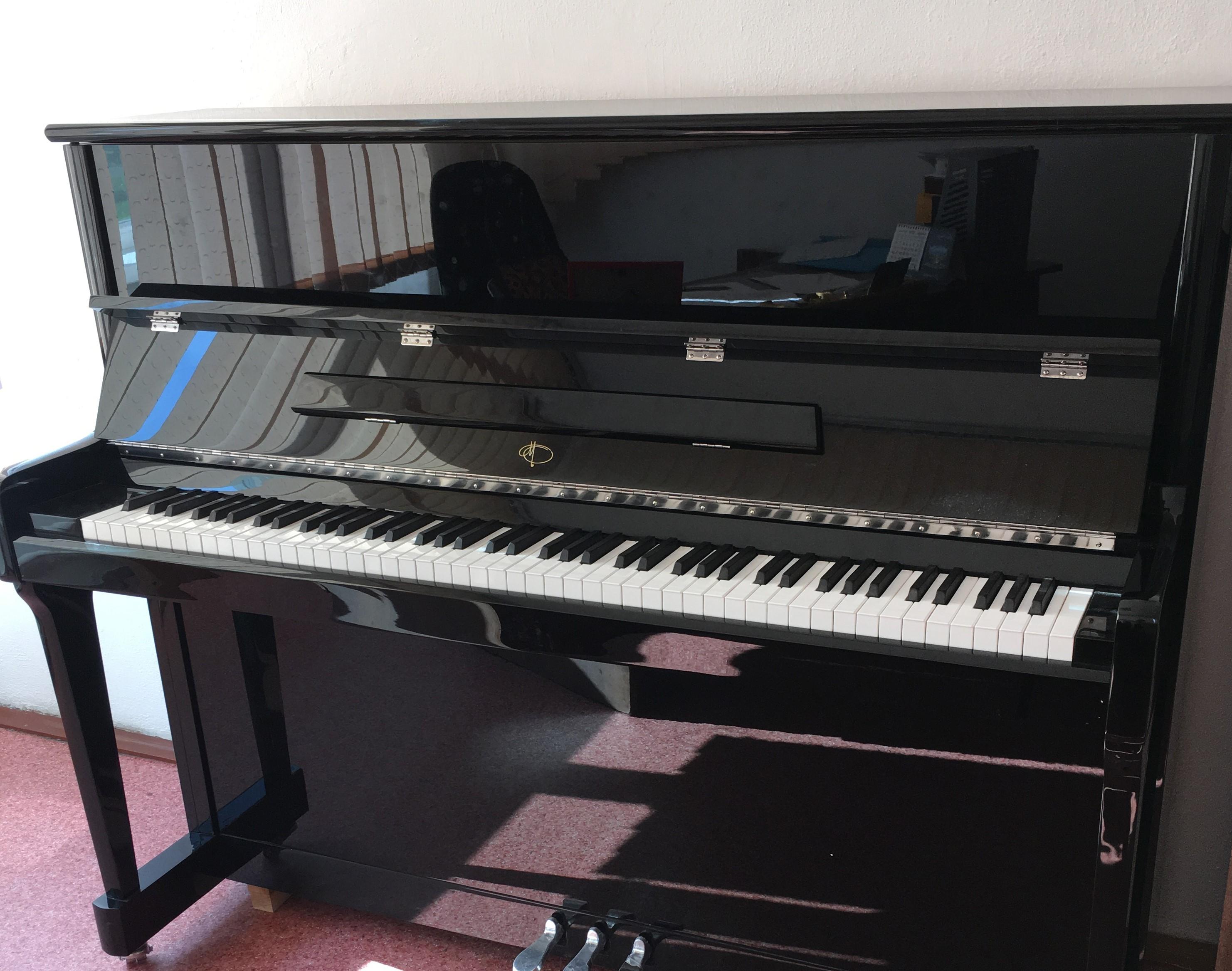 Кузбасские школы искусств начали получать новые пианино