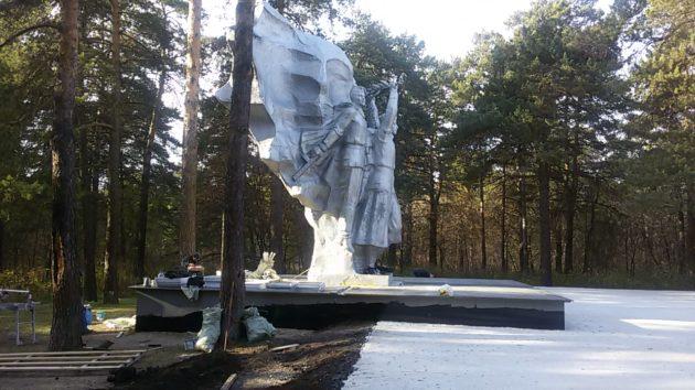 В кемеровском Рудничном бору ремонтируют воинский монумент