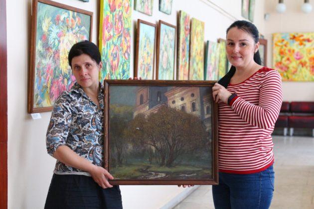 Жительница Кузбасса нашла на чердаке четыре ценных картины и подарила их музею