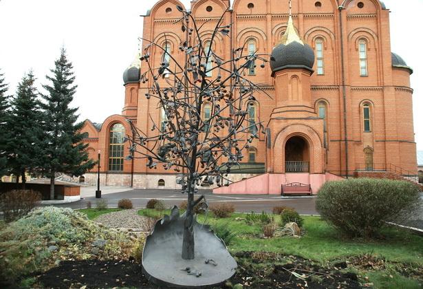 Кованую вишню установили на территории Знаменского собора в Кемерове