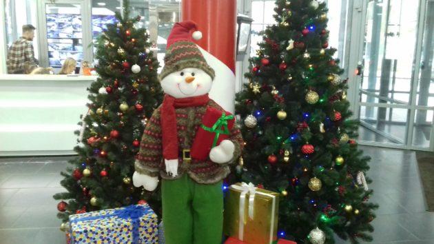 Часы и звёзды – основные элементы оформления к Новому году в Кузбассе