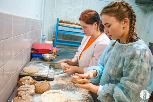 Кузбасские студенты испекли 100 килограммов блокадного хлеба