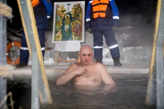 Губернатор Кузбасса окунулся в проруби и поздравил кузбассовцев с Крещением