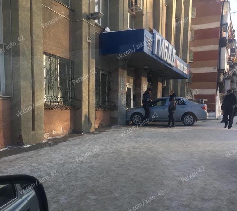 В Кемерове в здание ГИБДД въехала иномарка