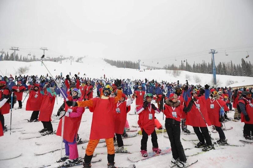 В Шерегеше установлен рекорд по массовому спуску лыжников, одетых в цвета триколора