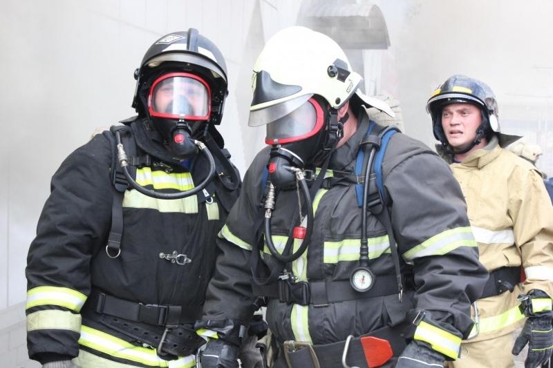 В Юрге из горящей многоэтажки спасли троих человек