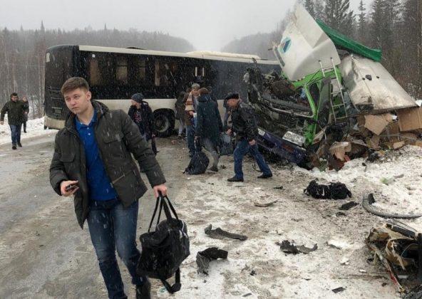 В автобус «Анжеро-Судженск-Кемерово» врезалась фура: один человек погиб, 13 ранены