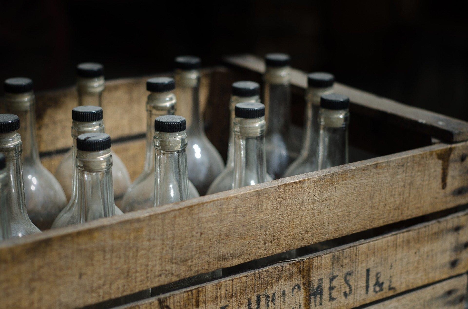 В Кузбассе у предпринимателя изъяли 30 000 бутылок алкоголя с ацетоном