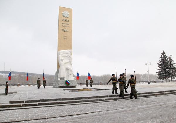 В Кемерове возложили цветы к монументу Славы