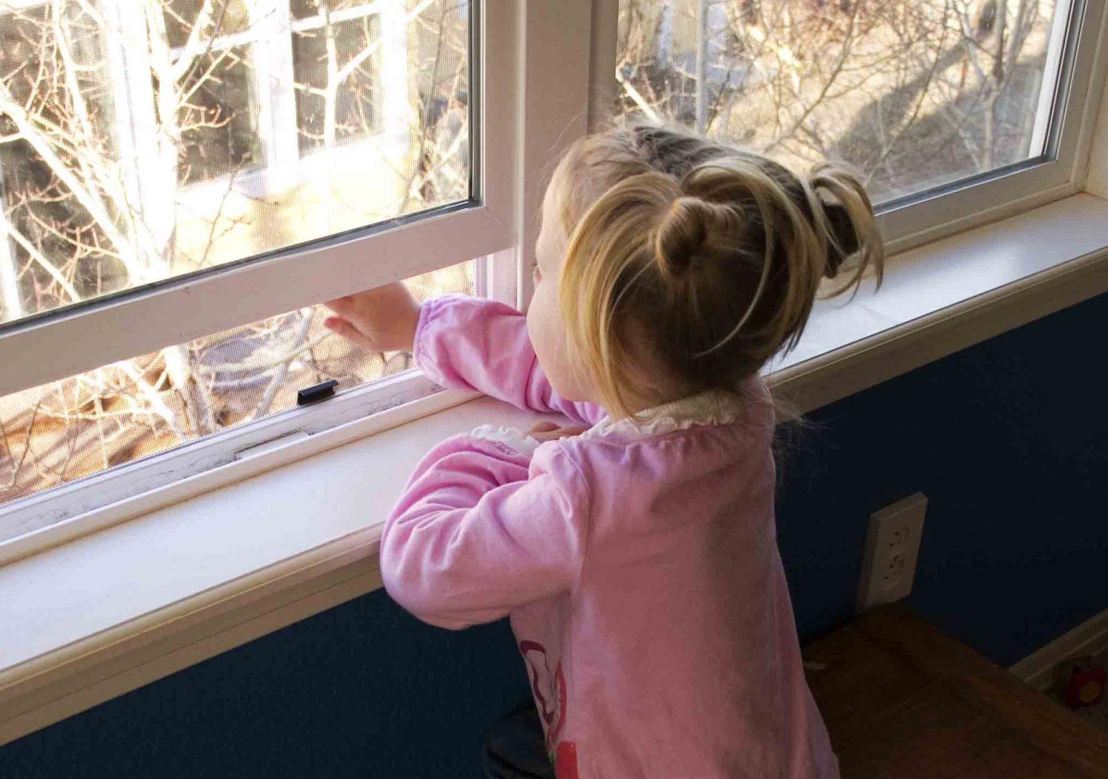 В Осинниках семилетняя девочка чуть не упала с балкона