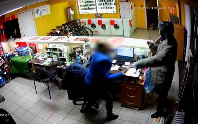 Близнецы-разбойники ограбили комиссионый магазин в Березовском