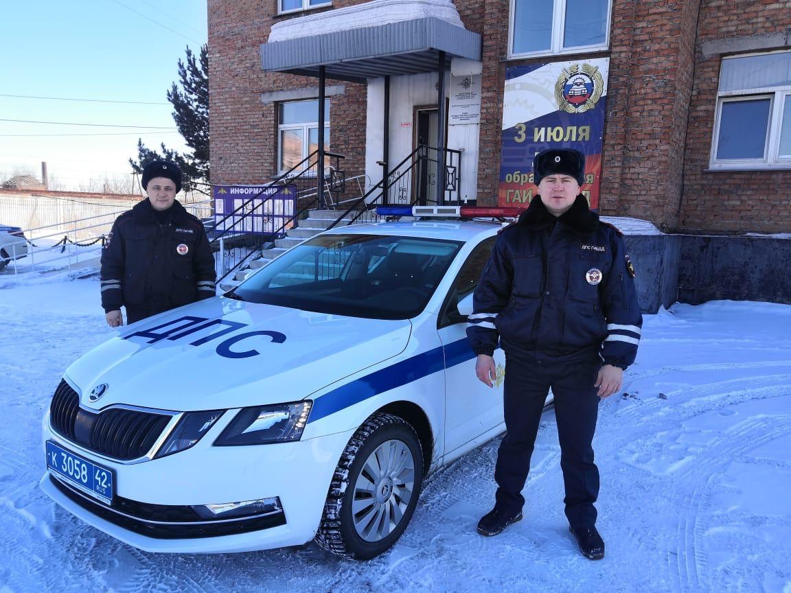В Кузбассе патруль спас двух мам и троих детей на пожаре