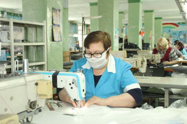 В Белове начали шить защитные маски для лица