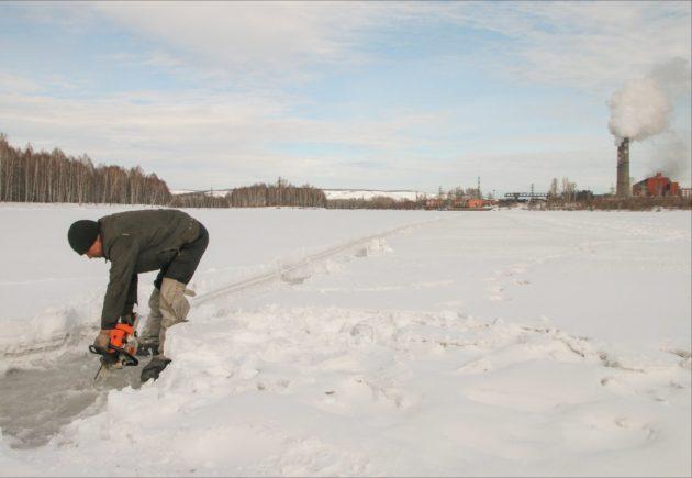 В Калтане лёд на реке Кондома распилили вручную