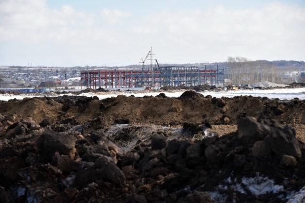 В районе поселка Грамотеино строители возвели валы из глины