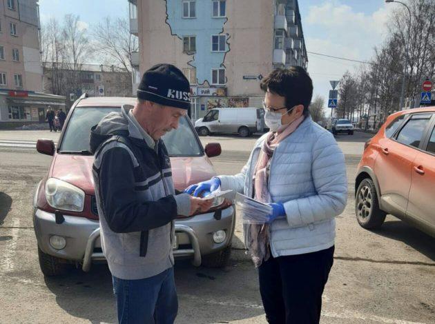 Глава Берёзовского раздавала прохожим многоразовые маски