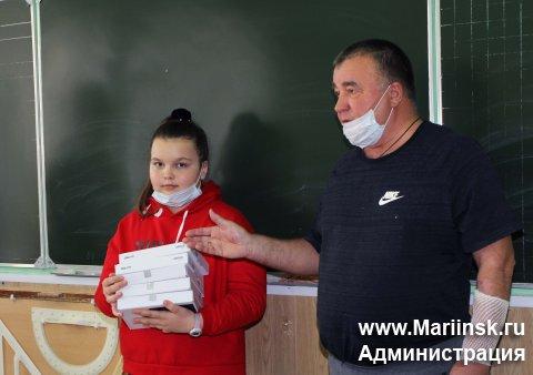 Мариинский меценат купил школьникам из малообеспеченных семей планшеты