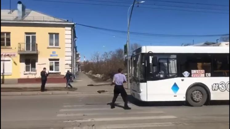 Дебошир с лопатой атаковал машины в центре Кемерова