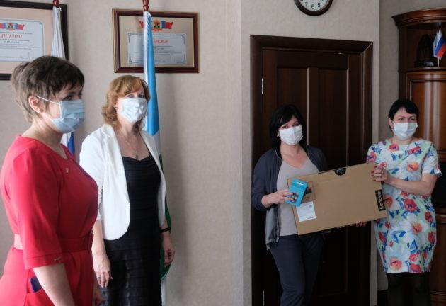 Семье из Новокузнецкого района, в которой восемь детей, подарили ноутбук