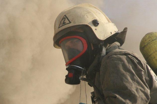 В Кузбассе на пожаре сотрудники МЧС России спасли женщину и троих ее детей