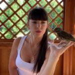 Жители Междуреченска выкормили птенца дрозда