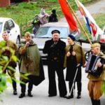 В Междуреченске споют песни для ветеранов прямо во дворах