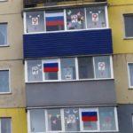Жители Белова разместили на своих окнах сотни флагов