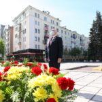 Сергей Цивилев возложил цветы к памятнику и поздравил всех с Днем Победы