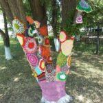 «Бомбардировщики пряжей» в Новокузнецке нарядили деревья