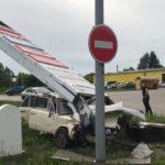 В Прокопьевске два подростка и водитель пострадали в «шестерке», врезавшейся в щит АЗС