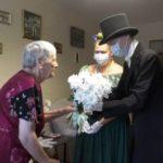 Героев соцтруда персонально поздравили с праздником в Кемерове