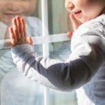 В Ленинске-Кузнецком ребёнок выпал из окна жилого дома