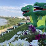 Десяток динозавров бродит по улицам Кемерова