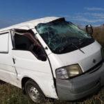 Осколками автомобилей, попавших в ДТП, повредило машину на кузбасской трассе