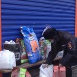 В Кемерове четвероногим помогают перезимовать полицейские