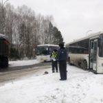 В автобус Новокузнецк-Мыски врезался грузовик: три пассажира пострадали