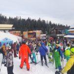 В Шерегеше лыжники и сноубордисты массово спустились с горы