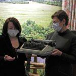 Племянница известного поэта передала уникальный раритет кузбасской библиотеке