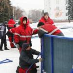 На главной площади Кемерова начали монтировать хоккейную площадку