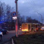 В Кемерове троллейбус забодал Kia Rio