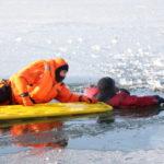 В Кузбассе спасатели провалились под лёд
